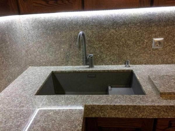 Фото кухонной столешницы из кварца Samsung Radianz Mariposa Buff MU410